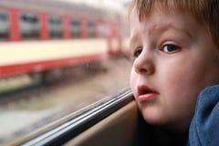Petit garçon regardant dehors Photo stock