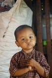 Petit garçon retenant son souffle Photo libre de droits