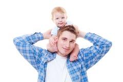 Petit garçon s'asseyant sur des épaules Photographie stock libre de droits