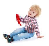 Petit garçon s'asseyant sur le plancher teddybear Photographie stock libre de droits