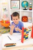 Petit garçon se préparant à l'école primaire Photographie stock libre de droits