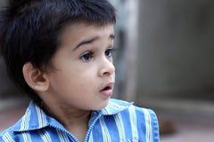 Petit garçon semblant étonné Images libres de droits