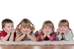 Petit garçon seul à trois belles filles Images libres de droits