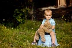 Petit garçon seul avec l'ours de nounours Photographie stock libre de droits