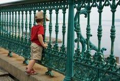 Petit garçon sur une barrière Photographie stock libre de droits