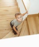 Petit garçon sur des escaliers Photos libres de droits