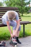 Petit garçon sur des patins de rouleau Image stock
