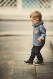 Petit garçon sur l'escalier Photographie stock