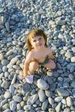 Petit garçon sur la plage de cailloux Images libres de droits