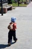Petit garçon sur la promenade sur l'avenue Photos libres de droits