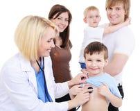 Petit garçon sur la réception médicale Image libre de droits
