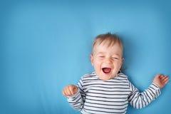 Petit garçon sur le fond de couverture bleue images libres de droits