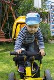 Petit garçon sur le vélo monté Photographie stock libre de droits