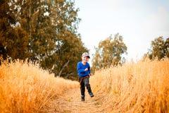 Petit garçon sur un champ de blé images libres de droits