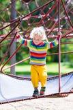 Petit garçon sur un terrain de jeu photographie stock libre de droits