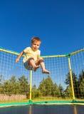 Petit garçon sur un trempoline Photographie stock libre de droits