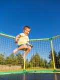 Petit garçon sur un trempoline Photo libre de droits