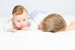 Petit garçon tenant la soeur nouveau-née à la main Images libres de droits