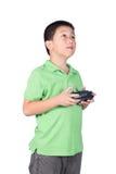 Petit garçon tenant un à télécommande par radio (combiné de contrôle) pour l'hélicoptère, le bourdon ou l'avion d'isolement Images stock