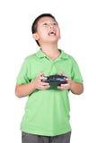 Petit garçon tenant un à télécommande par radio (combiné de contrôle) pour l'hélicoptère, le bourdon ou l'avion d'isolement Images libres de droits