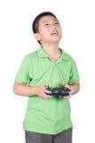 Petit garçon tenant un à télécommande par radio (combiné de contrôle) pour l'hélicoptère, le bourdon ou l'avion d'isolement Image stock