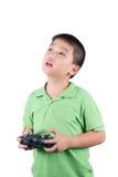 Petit garçon tenant un à télécommande par radio (combiné de contrôle) pour l'hélicoptère, le bourdon ou l'avion d'isolement Image libre de droits