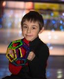 Petit garçon tenant une construction et un sourire géométriques Photos libres de droits