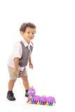 Petit garçon tirant son tracteur à chenilles de jouet images stock