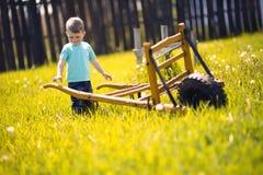 Petit garçon travaillant dans les domaines Images stock