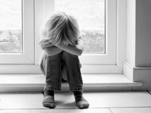 Petit garçon triste Photographie stock libre de droits