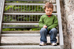 Petit garçon triste Photos libres de droits