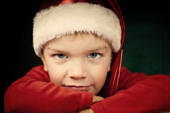 Petit garçon triste dans le chapeau de Santa Images stock