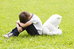 Petit garçon triste s'asseyant avec un ours de nounours Tourné loin et abaissé leurs têtes Tristesse, crainte, frustration, conce Image libre de droits