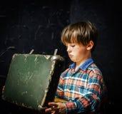 Petit garçon trouvant le trésor Image libre de droits