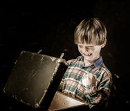 Petit garçon trouvant le trésor Images libres de droits