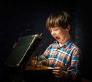 Petit garçon trouvant le trésor Image stock