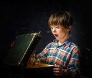 Petit garçon trouvant le trésor Photographie stock