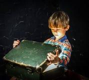 Petit garçon trouvant le trésor Photo libre de droits