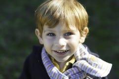 Petit garçon utilisant une écharpe Images stock