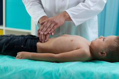 Petit garçon au cours d'examen d'estomac Images stock