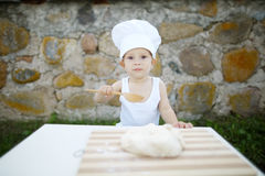 Petit garçon avec la cuisson de chapeau de chef Photo libre de droits