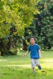 Petit garçon courant en parc Photo libre de droits