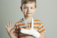 Petit garçon dans un castchild avec un bras cassé enfant après accident Photographie stock