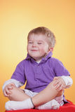 Petit garçon drôle heureux dans la méditation Photographie stock