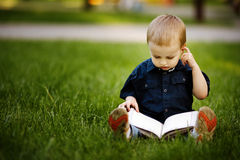 Petit garçon heureux avec le livre Images libres de droits