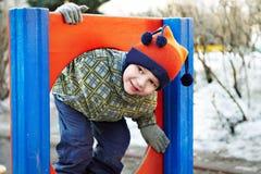 Petit garçon jouant dans un jardin d'enfants Photo libre de droits