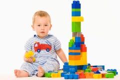 Petit garçon jouant le constructeur Photographie stock libre de droits