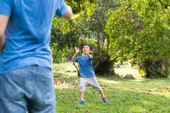 Petit garçon jouant le frisbee Photographie stock