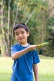 Petit garçon jouant le frisbee Photos libres de droits