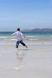 Petit garçon jouant sur une plage Photographie stock